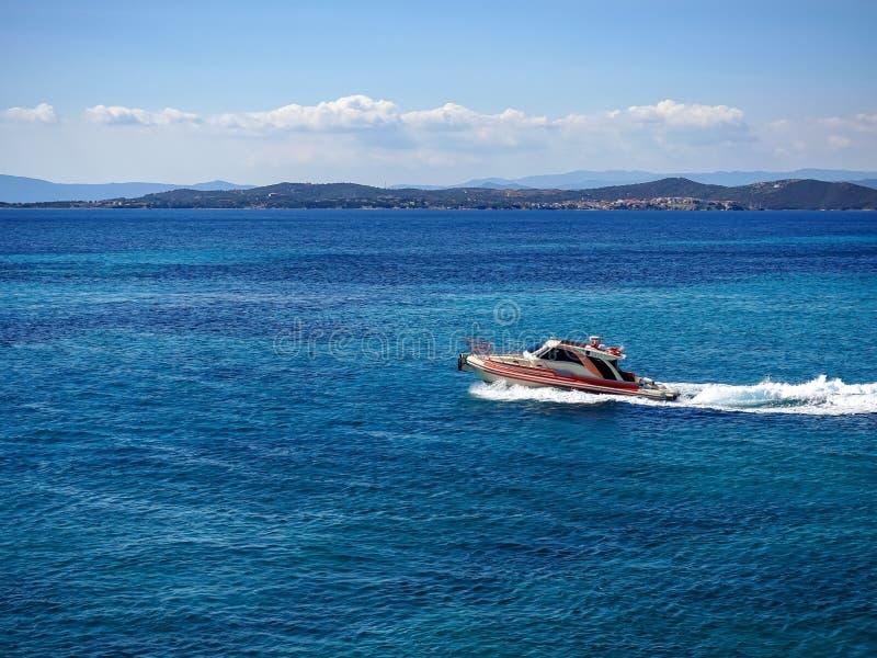 Mooie mening van de motorboot in het Middellandse-Zeegebied stock afbeeldingen