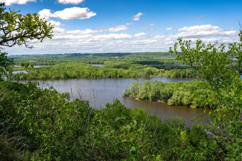 Mooie mening van de Rivier van de Mississippi zoals die van Rood Wing Minnesota van de Schuurbluff wandelingssleep wordt gezien stock afbeelding