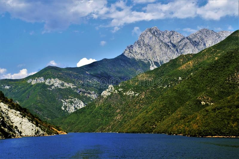 Mooie mening van de rivier onder de bergen royalty-vrije stock foto