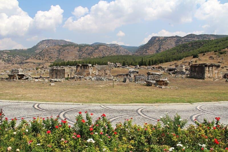 Mooie mening van de ruïnes van de oude Hierapolis-stad naast de travertijnpools van Pamukkale, Turkije stock foto's