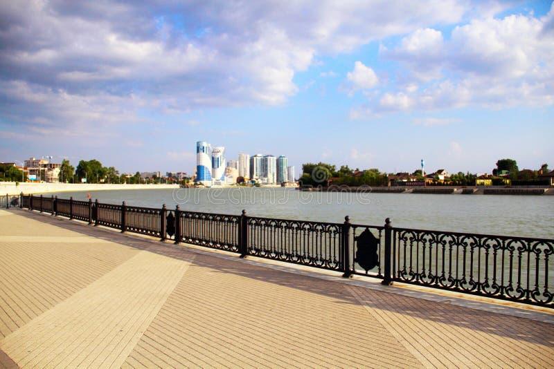Mooie mening van de stad met de rivier van de pijler stock afbeeldingen