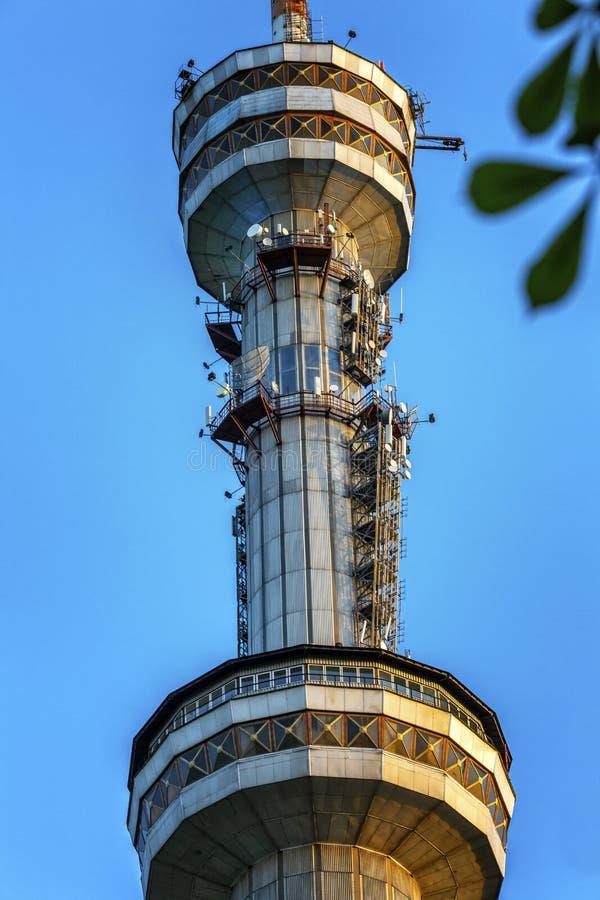 Mooie mening van de TV-toren in Alma Ata op de achtergrond van heldere blauwe hemel verticaal stock afbeeldingen