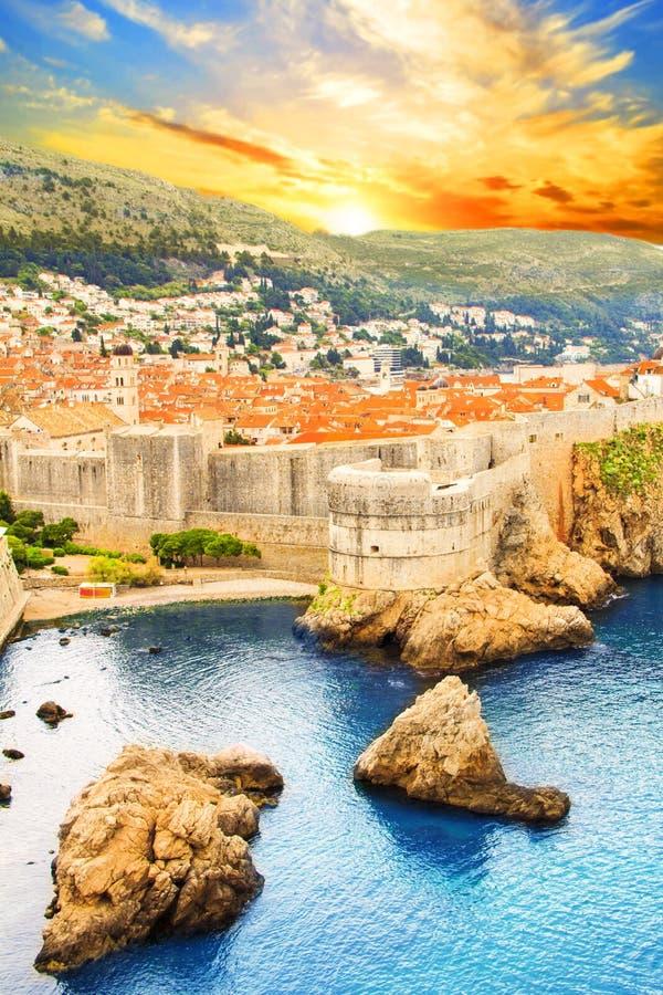 Mooie mening van de vestingsmuur en de golf van de historische stad van Dubrovnik, Kroatië stock foto's