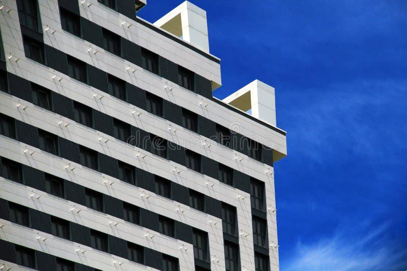 Mooie mening van de voorgevel van het nieuwe gebouw stock afbeelding