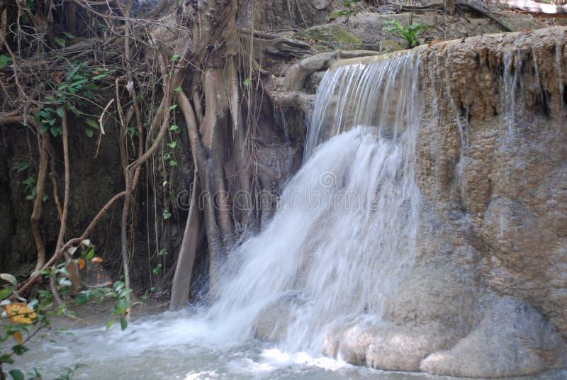 Mooie mening van de watervallen dichtbij de Rivier Kwai in Thailand stock foto's