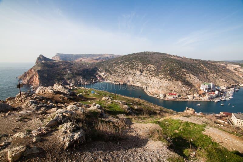 Mooie mening van de Zwarte Zee en de stad Balaklava Zonnige dag Duidelijke zonnige dag en een hoogste mening van de haven, de Kri royalty-vrije stock afbeelding