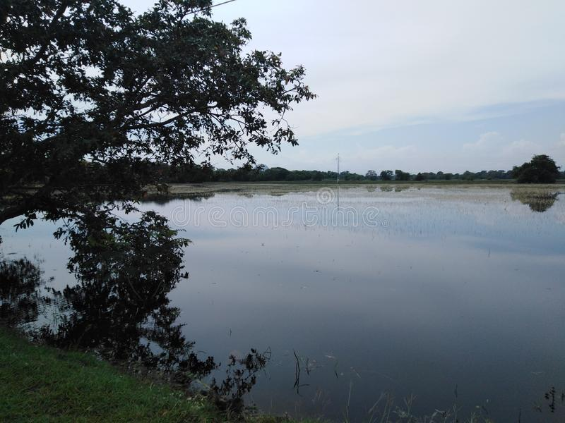 Mooie mening van donkere tijd van het meer de onuitgegeven beeld stock fotografie
