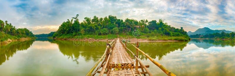 Mooie mening van een bamboebrug Het landschap van Laos Panorama stock foto's