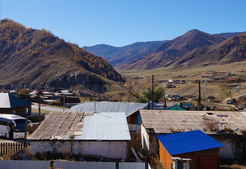 Mooie mening van een dorp dichtbij Karakol-vallei in de herfst, Altai-Republiek, Rusland royalty-vrije stock afbeeldingen