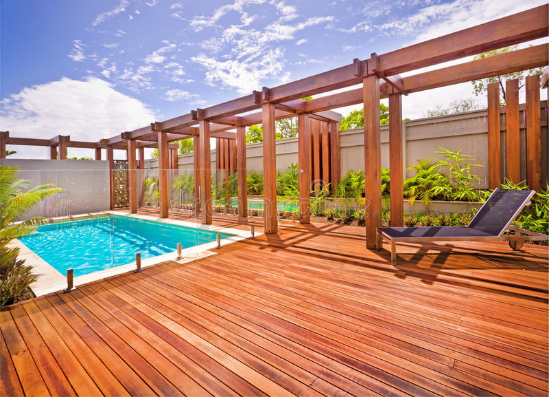 Mooie mening van een huis van voorzijde met een pool royalty-vrije stock fotografie