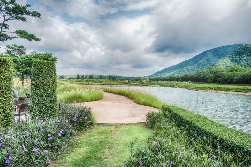 Mooie mening van een klein die meer door groene bomen bij de herfstcl wordt gescherpt royalty-vrije stock foto