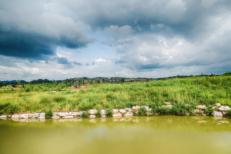 Mooie mening van een klein die meer door groene bomen wordt gescherpt stock foto