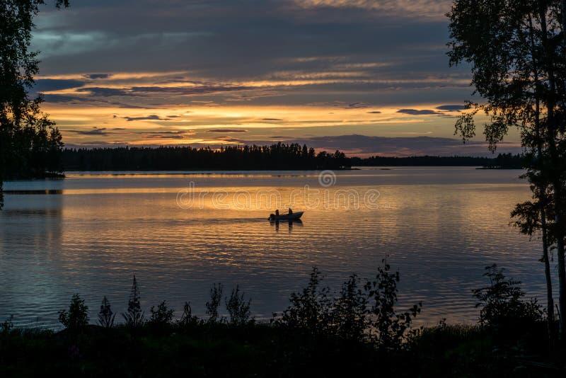 Mooie mening van een kleine vissersboot in zonsondergang royalty-vrije stock fotografie