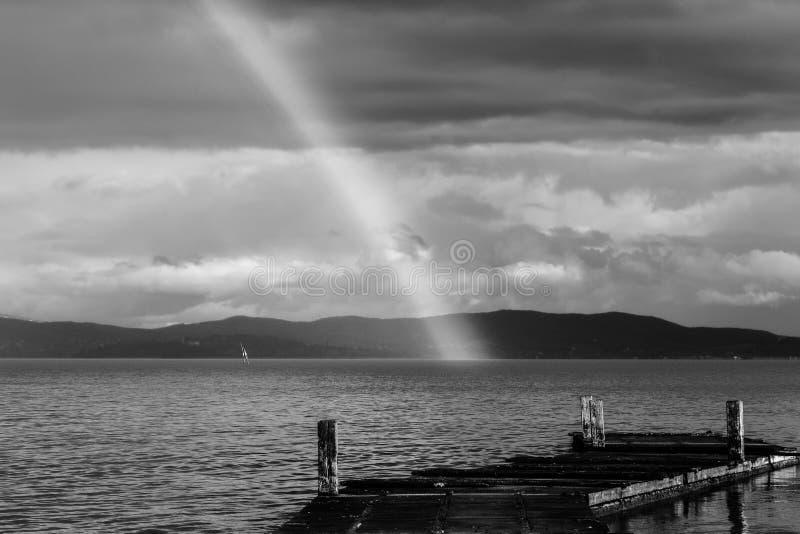Mooie mening van een regenboog over een pijler op een Trasimeno-meer Umbrië, Italië stock foto
