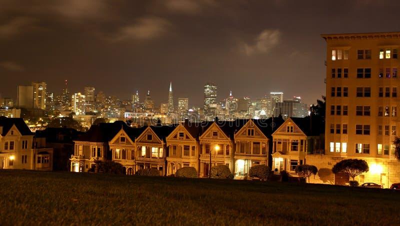 Mooie mening van Geschilderde Dames, kleurrijke Victoriaanse huizen op een rij in de avond in San Francisco/Californië, de V.S. stock foto