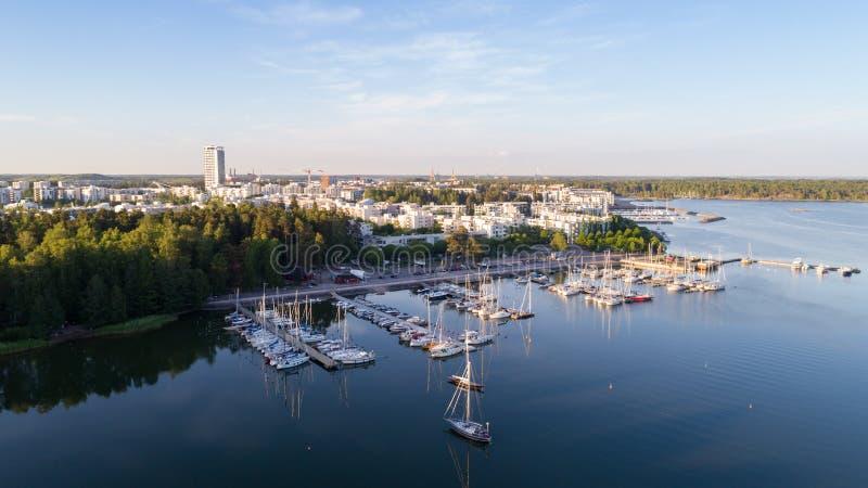 Mooie mening van haven en boten De stad van Helsinki bij de zomer stock foto's