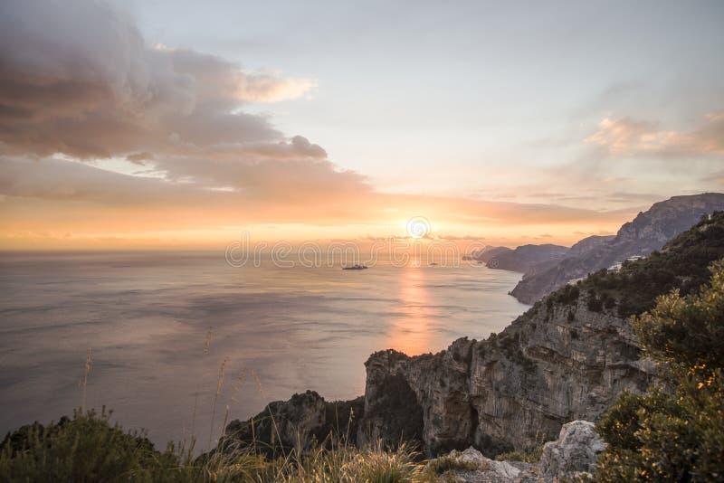 Mooie mening van hemel bij zonsondergang over overzees stock afbeelding