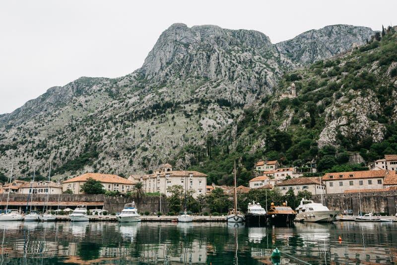 Mooie mening van het Adriatische Overzees, de bergen en de schepen in de Baai van Kotor in Montenegro stock afbeeldingen