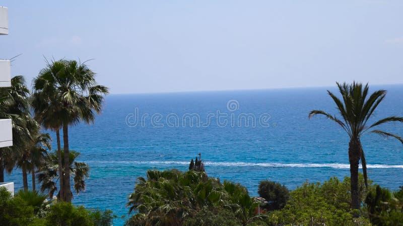 Mooie mening van het blauwe overzees op een Zonnige de zomerdag Concept rust en weekend royalty-vrije stock afbeeldingen