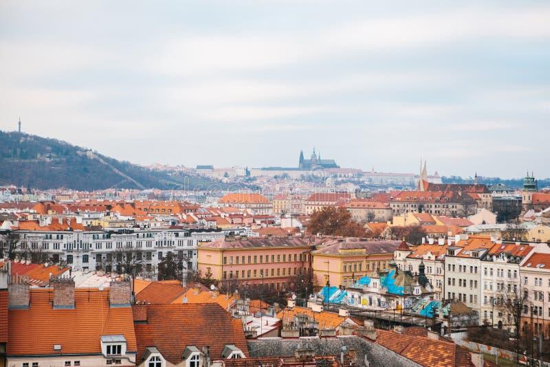 Mooie mening van het centrum van Praag - oude gebouwen van het dak van rode tegels stock fotografie