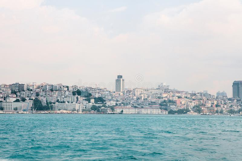 Mooie mening van het Europese deel van Istanboel tegen mooie blauwe Bosphorus en de hemel Modern Istanboel stock fotografie