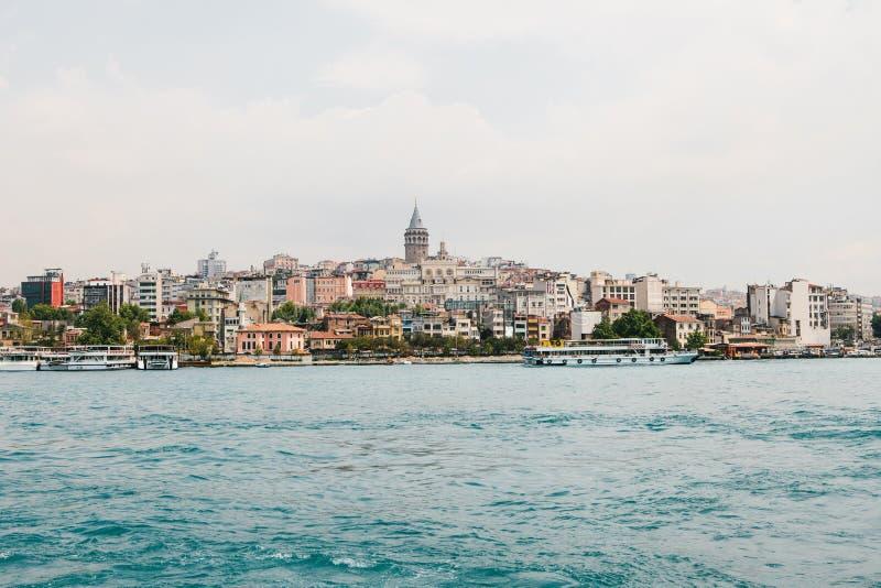 Mooie mening van het Europese deel van Istanboel tegen mooie blauwe Bosphorus en de hemel Modern Istanboel stock afbeelding