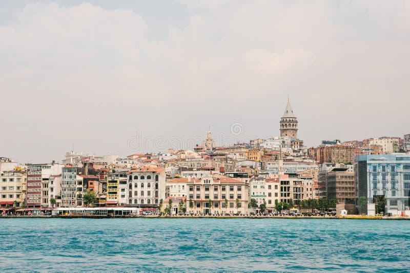 Mooie mening van het Europese deel van Istanboel tegen mooie blauwe Bosphorus en de hemel Modern Istanboel royalty-vrije stock foto