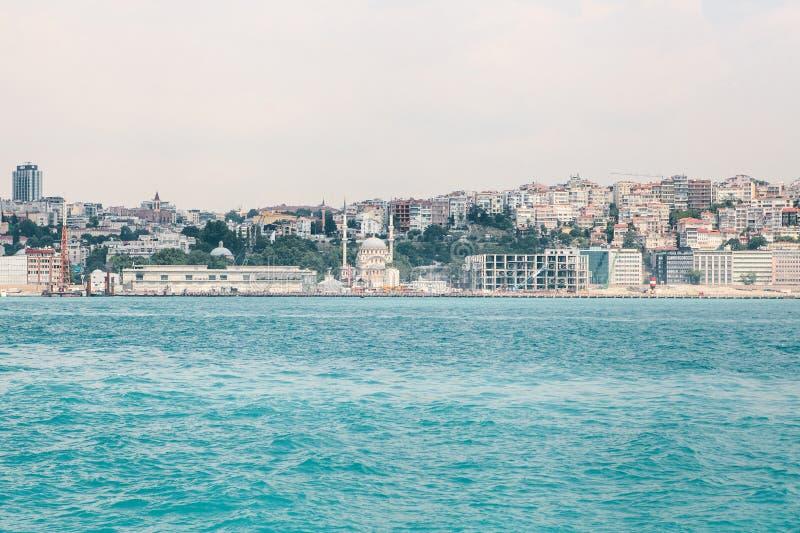 Mooie mening van het Europese deel van Istanboel tegen mooie blauwe Bosphorus en de hemel Modern Istanboel stock foto's