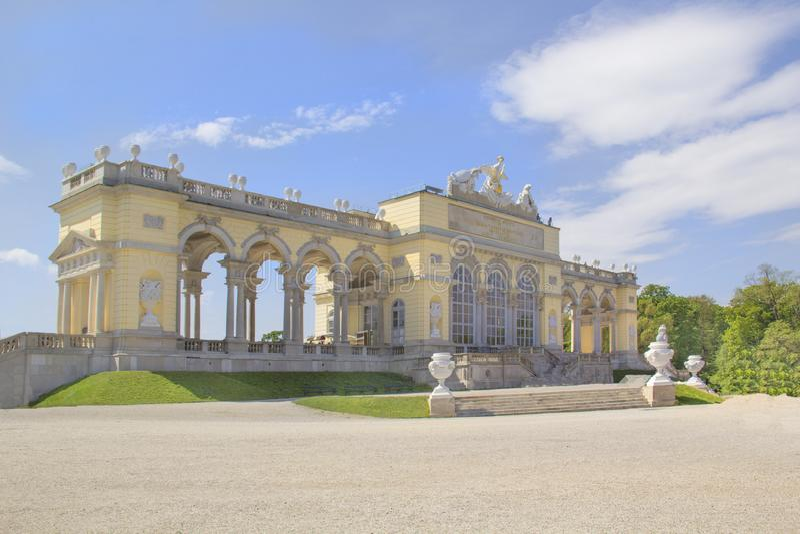 Mooie mening van het Glorietta-Paviljoen in het Shernbrunn-park in Wenen, Oostenrijk royalty-vrije stock foto