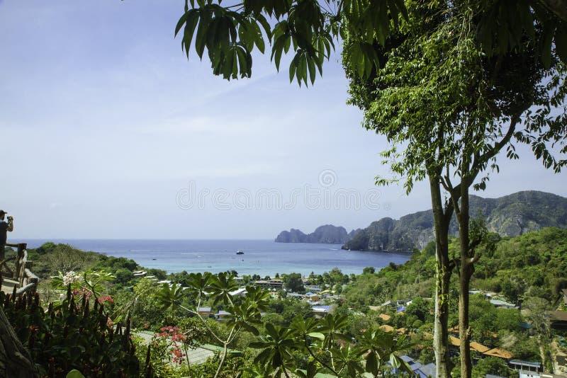 Mooie mening van het overzees, de tropische installaties en de rotsen en de bergen royalty-vrije stock afbeelding