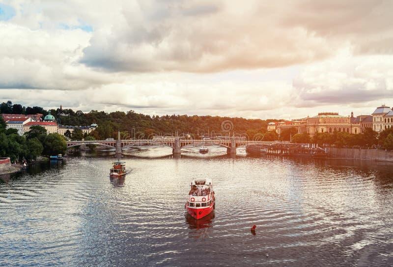 Mooie mening van het schip die op de rivier onder de brug in de de zomeravond drijven Wolken in de hemel gestemd royalty-vrije stock afbeelding