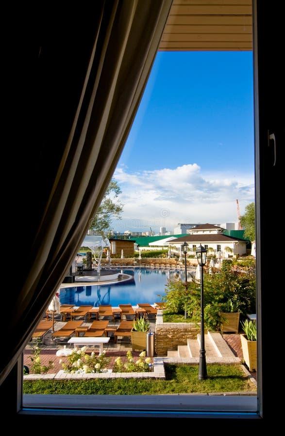 Mooie mening van het venster op zwembad royalty-vrije stock fotografie