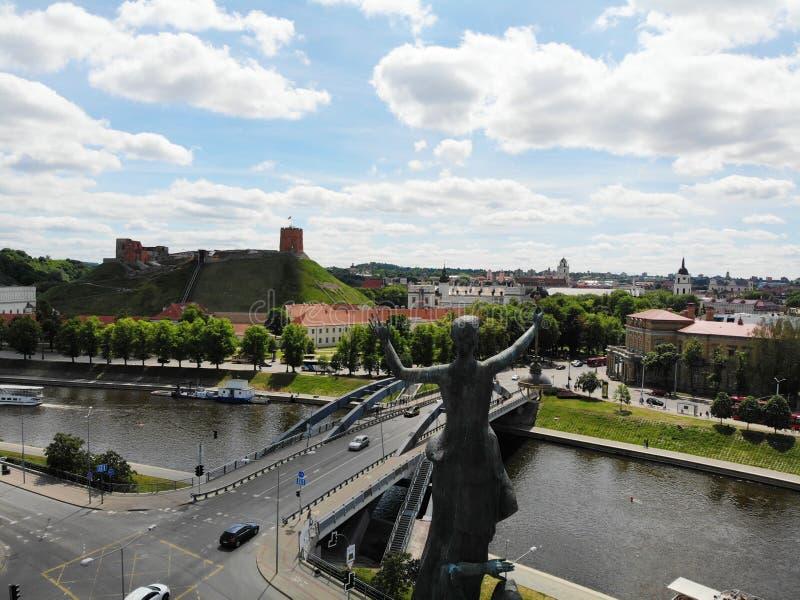Mooie mening van hierboven Dakmonument op rivieroever van Vilnus Hoofdstad van Litouwen, Europa Hommelfotografie Langs gecreeerd stock afbeeldingen