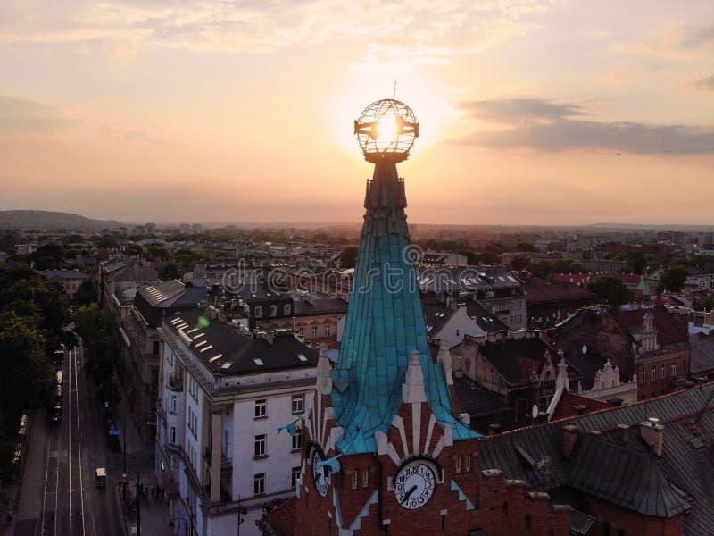 Mooie mening van hierboven verbazende timing en hoek terwijl Zonsondergang foto in het oude deel van de stad die van Krakau wordt royalty-vrije stock fotografie