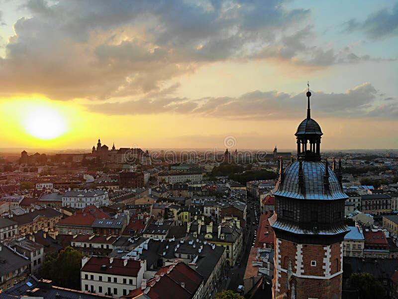 Mooie mening van hierboven Zonsondergangfoto in het oude deel van de stad die van Krakau wordt gevangen Polen, Europa Hommelfotog royalty-vrije stock afbeelding