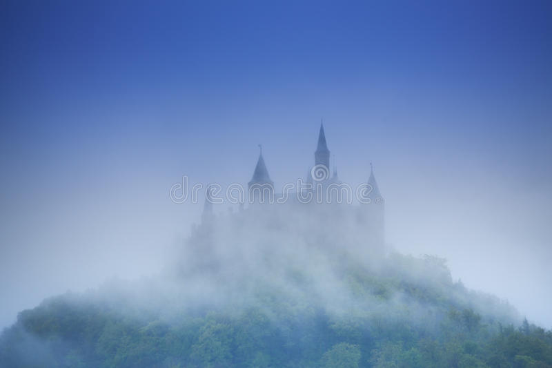 Mooie mening van Hohenzollern-kasteel in nevel royalty-vrije stock foto's