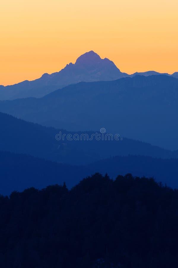 Mooie mening van hoogste piek in Sloveense Alpen na zonsondergang stock foto's