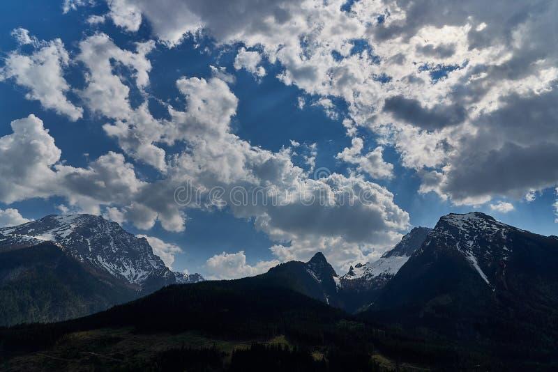 Mooie mening van idyllisch sprookjesland in de Alpen op een koude zonnige dag met blauwe hemel en wolken, Nationalpark royalty-vrije stock afbeelding