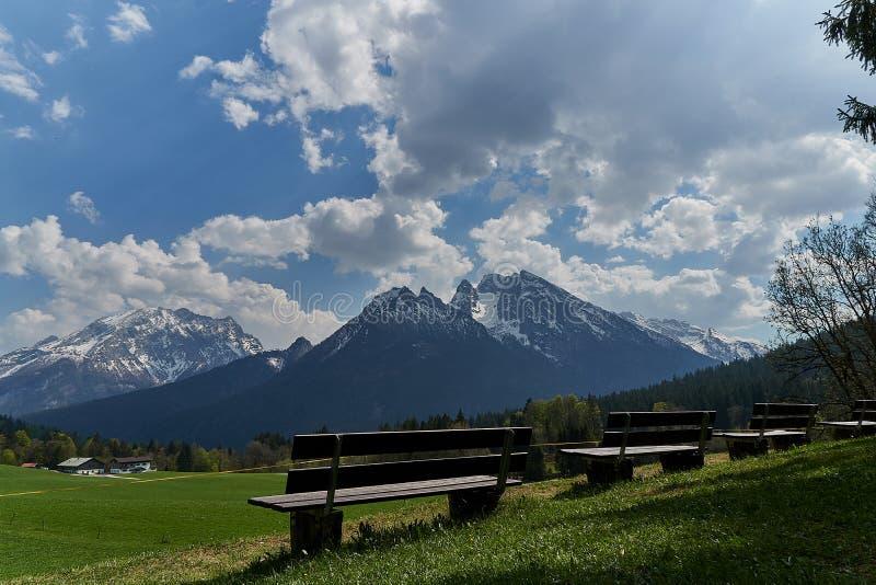 Mooie mening van idyllisch sprookjesland in de Alpen op een koude zonnige dag met blauwe hemel en wolken, Nationalpark royalty-vrije stock fotografie
