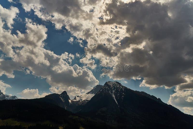 Mooie mening van idyllisch sprookjesland in de Alpen op een koude zonnige dag met blauwe hemel en wolken, Nationalpark royalty-vrije stock foto's