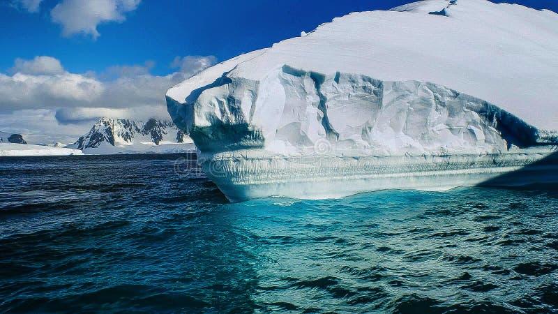 Mooie mening van ijsbergen in Antarctica stock afbeelding