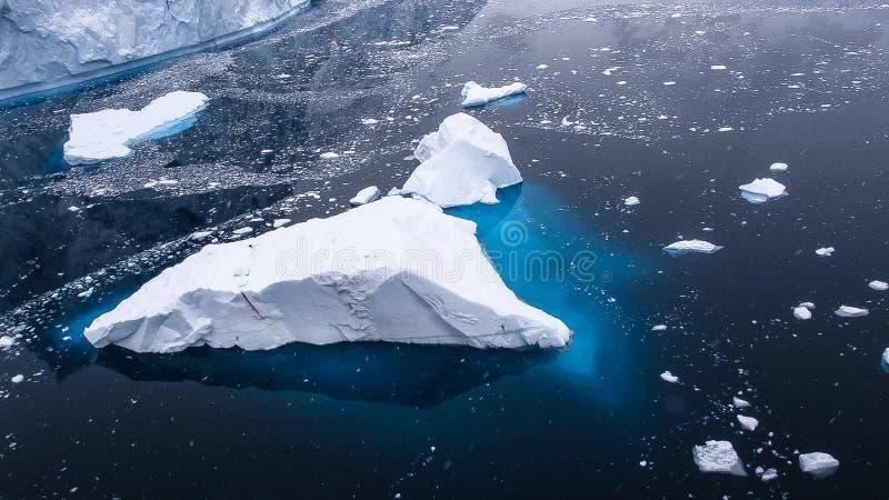 Mooie mening van ijsbergen in Antarctica stock afbeeldingen