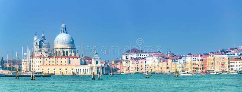 Mooie mening van Kanaal Grande met historisch Basiliekdi Santa Maria della Salute op de achtergrond op een zonnige dag met blauwe stock fotografie