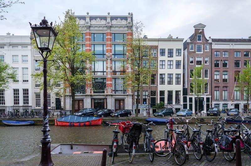Mooie mening van kanalen met fiets in Amsterdam royalty-vrije stock afbeeldingen