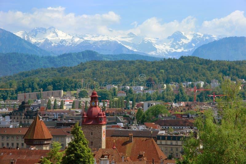 Mooie mening van Luzerne en de sneeuwalpen over de daken stock foto's