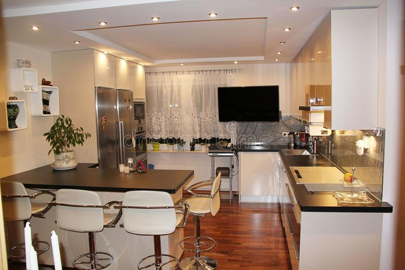 Mooie mening van modern keukenbinnenland Klein comfortabel gebied van een flat Het huisontwerp van Nice stock afbeeldingen