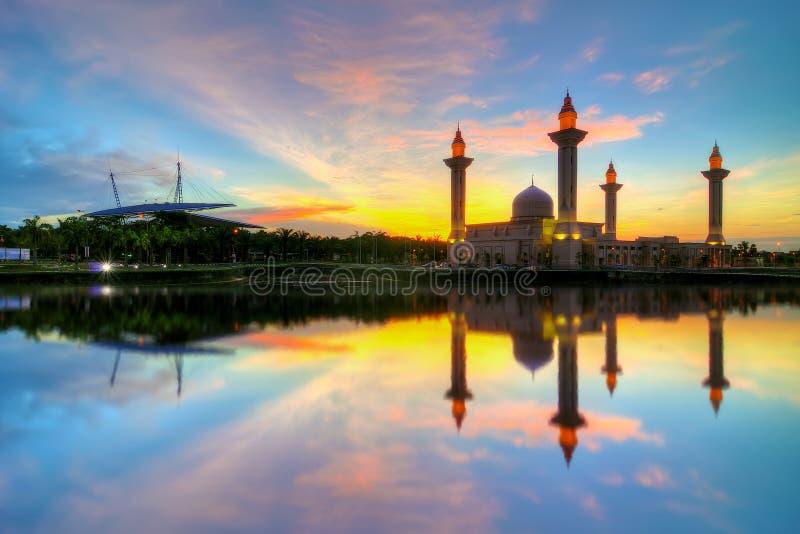 Mooie mening van moskee door de oever van het meer met volledige bezinning stock foto
