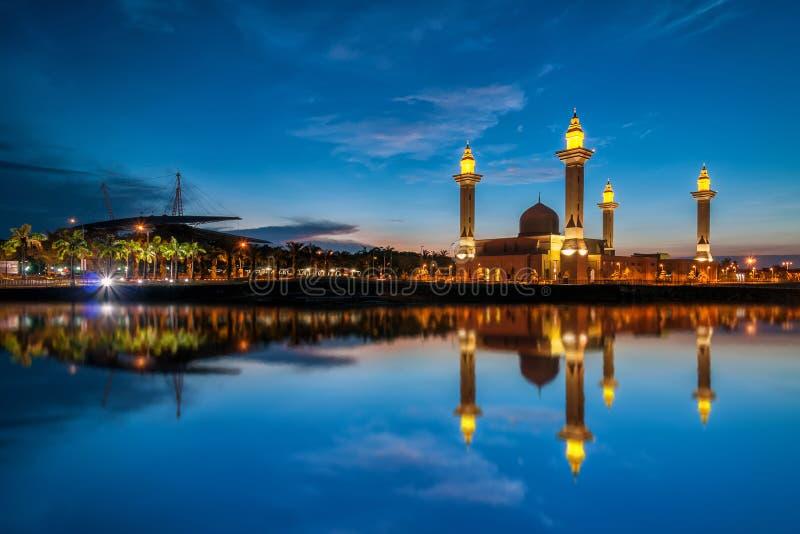 Mooie mening van moskee door de oever van het meer met volledige bezinning royalty-vrije stock afbeeldingen