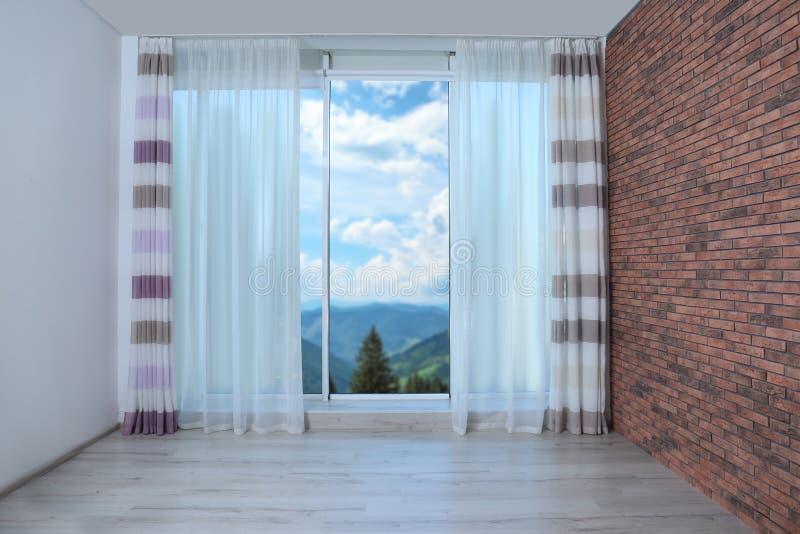 Mooie mening van nieuw modern venster met gordijn stock foto
