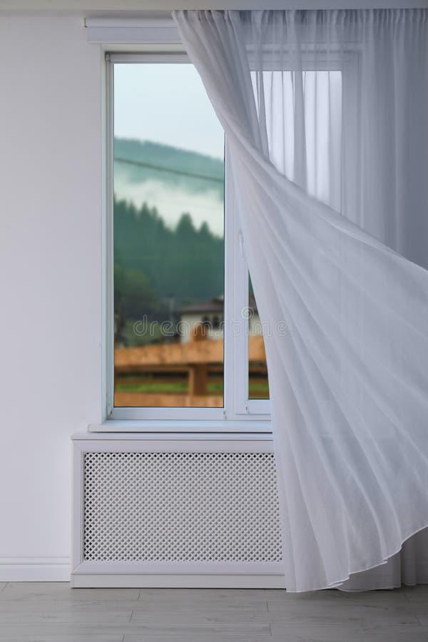 Mooie mening van nieuw modern venster met gordijn stock afbeelding